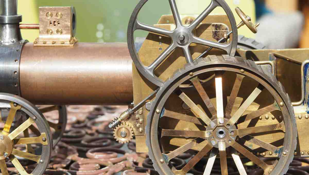 Traction engine and steering column